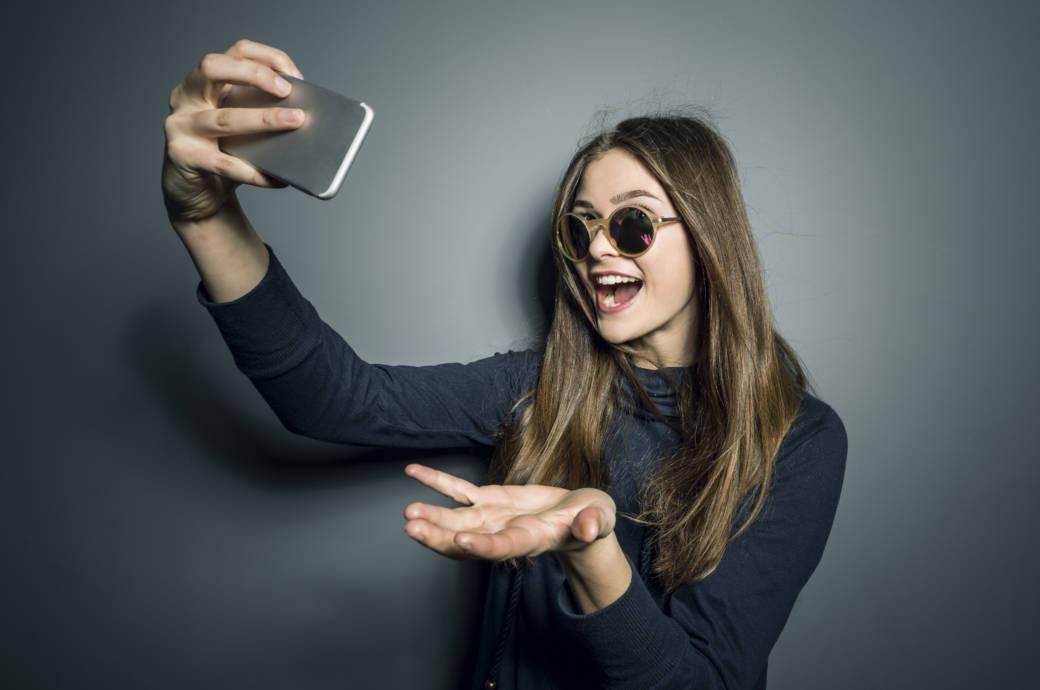Teenager Mädchen macht Selfies mit Handy