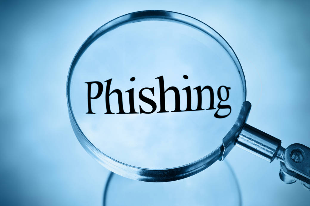 """Lupe über einem """"Phishing""""-Schriftzug"""
