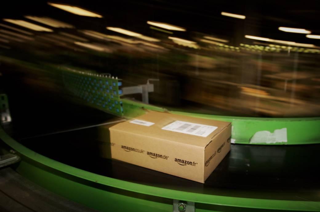 Paket auf Laufband von Amazon