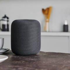Apple HomePod auf einem Tisch