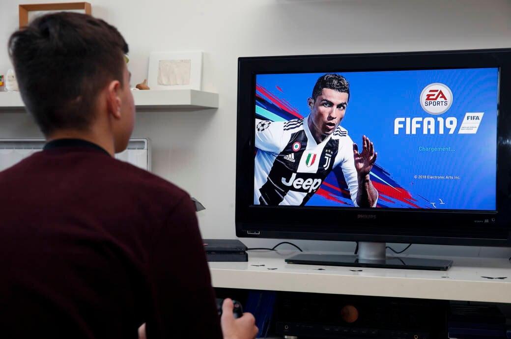 Kind spielt FIFA 19