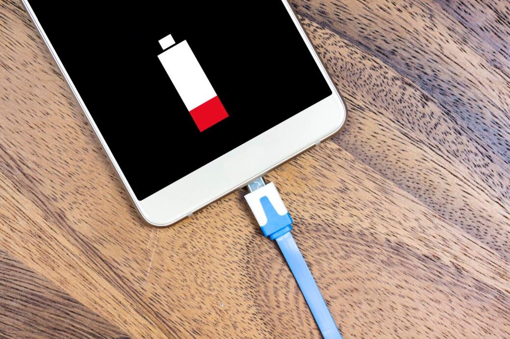 USB-Kabel am Smartphone