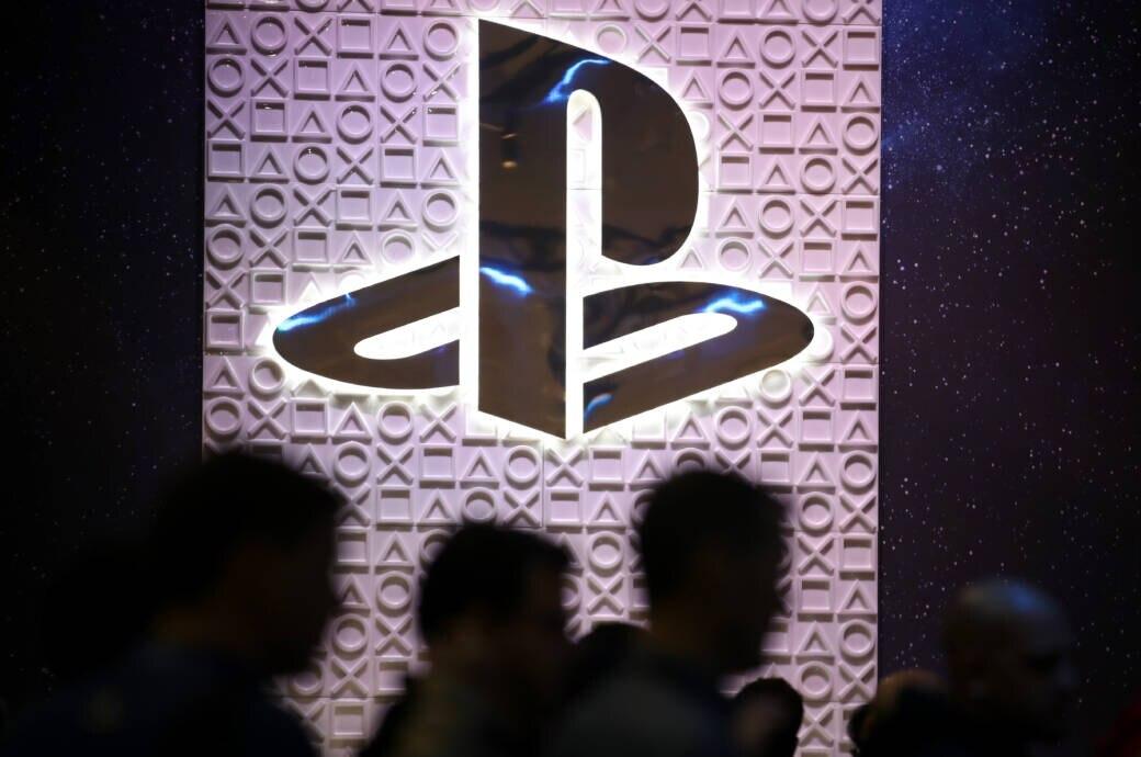 PlayStation-Logo mit Menschen im Vordergrund auf der GDC California