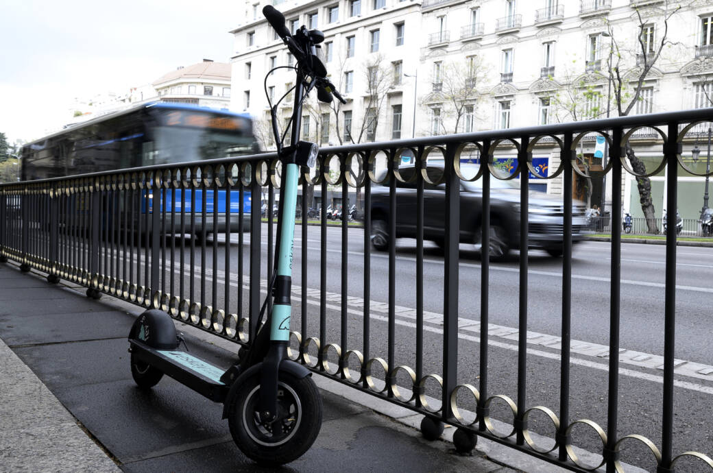 E-Scooter an Geländer in Madrid