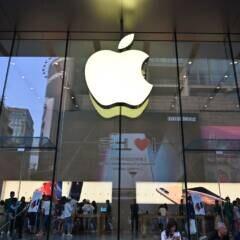 Menschen vor einem Apple-Store