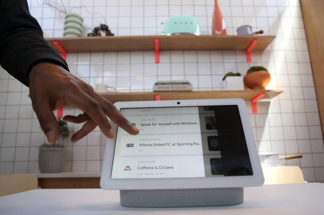 Googles Hardware-Chef Rick Osterloh stellt den smarten Lautsprecher Nest Hub Max vor. Er ist mit Display und Kamera ausgestattet und kann die Anzeige daran anpassen, wer gerade vor ihm steht.