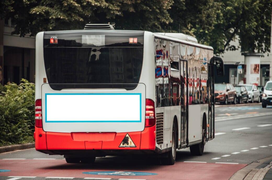Ein Bus des öffentlichen Personen-Nahverkehrs auf der Straße