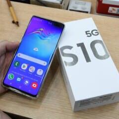 Samsung Galaxy S10 5G mit Verpackung auf einem Tisch.