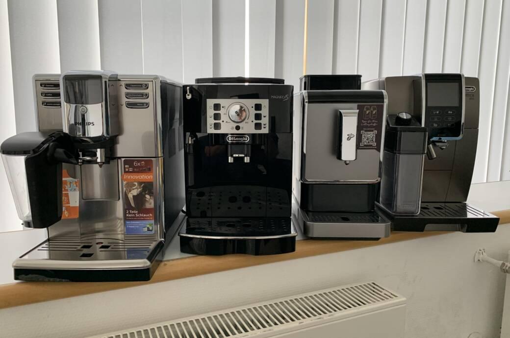 Philips 5000 Series LatteGo, De'Longhi Magnifica S, Tchibo Esperto Caffè und De'Longhi Dinamica Plus in einer Reihe