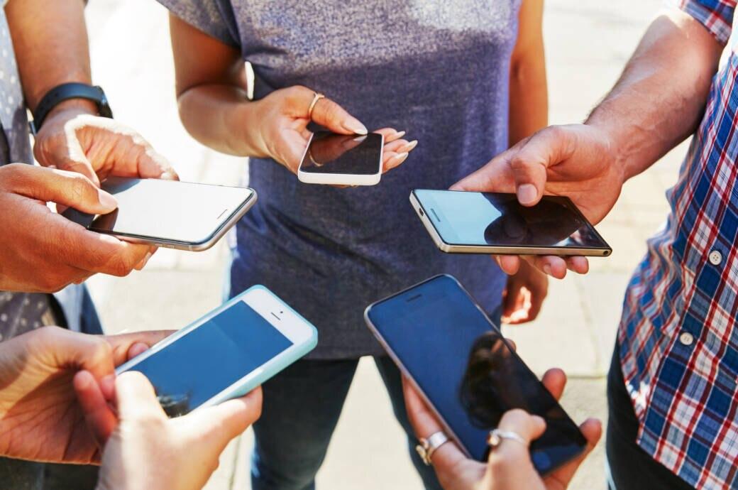Eine Gruppe Menschen, die ihre Smartphones in der Hand halten