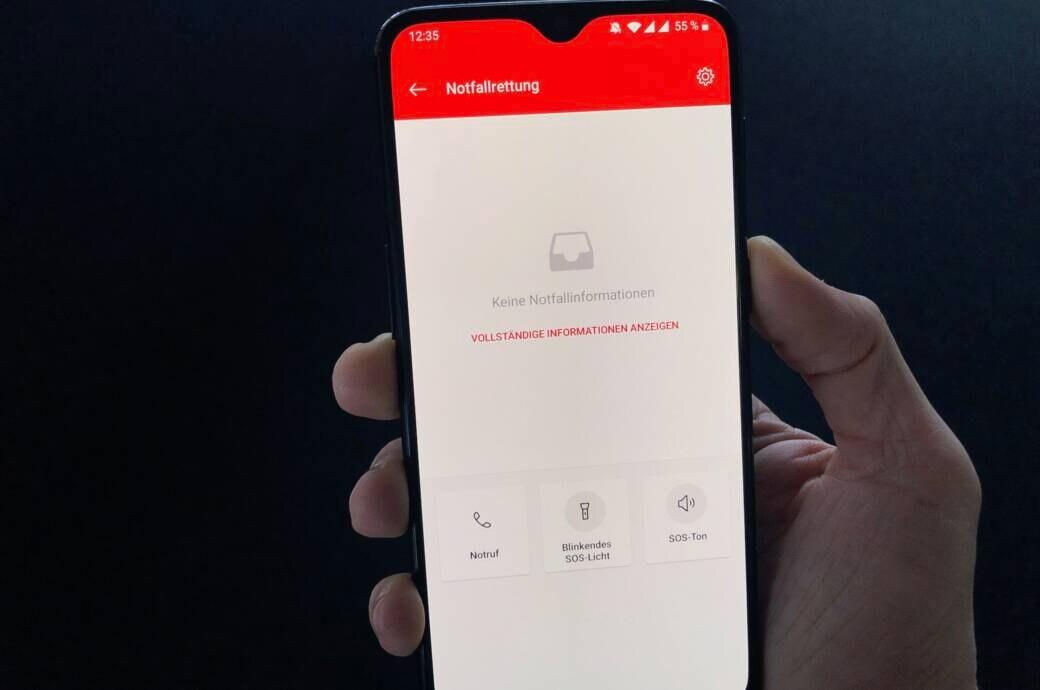 Hand hält Smartphone mit Notfall-Modus auf dem Display