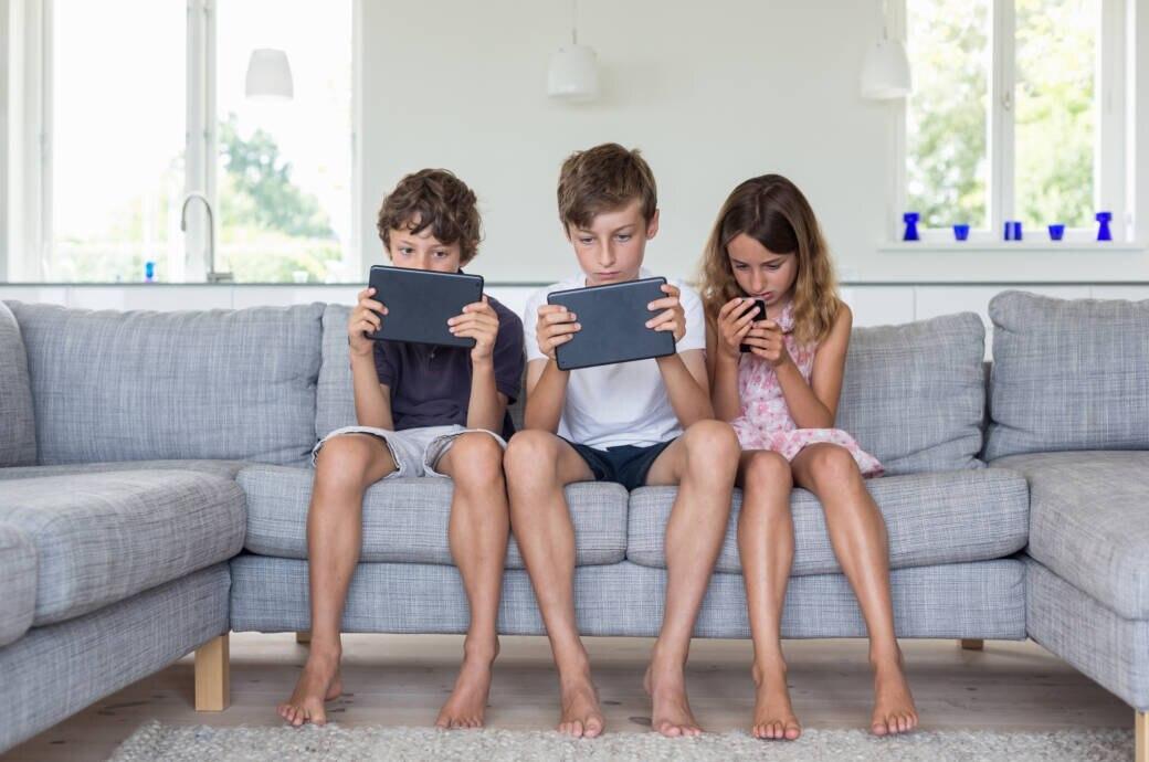 Kinder beschäftigen sich nur mit dem Smartphone