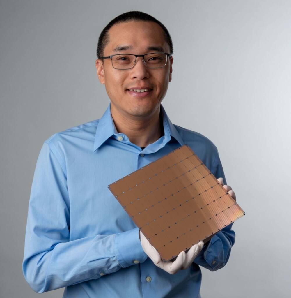 Sean Lie, Mitgründer von Cerebras und Cheif Hardware Architect, mit dem größten Computerchip der Welt
