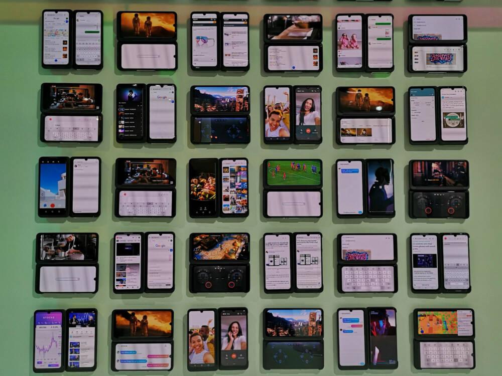 LG G8x ThinQ an einer Wand