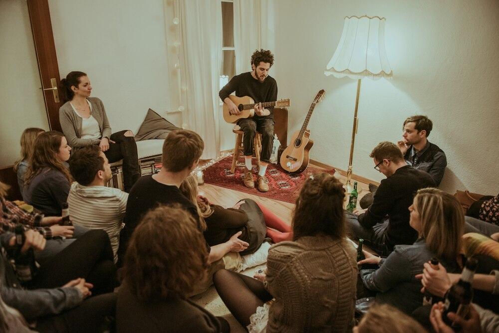 Der Musiker Matteo Capreoli bei einem Wohnzimmerkonzert