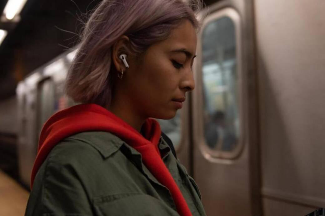 Frau vor U-Bahn