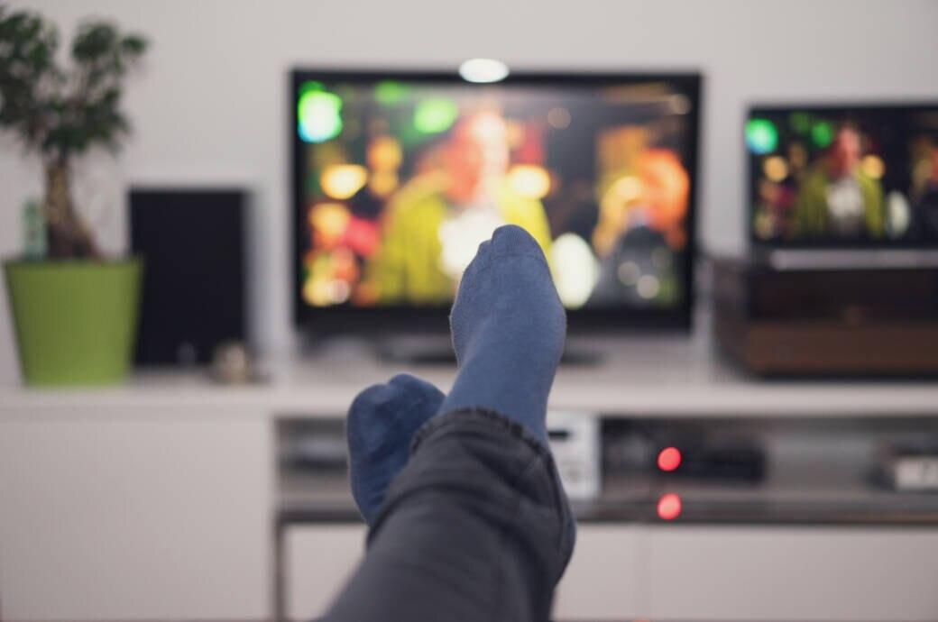 Mann schaut Fernsehen