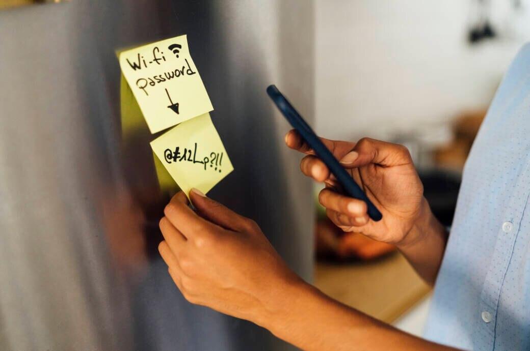 Zwei Klebezettel mit Wi-Fi Passwort am Kühlschrank, um das WLAN Passwort nicht zu vergessen