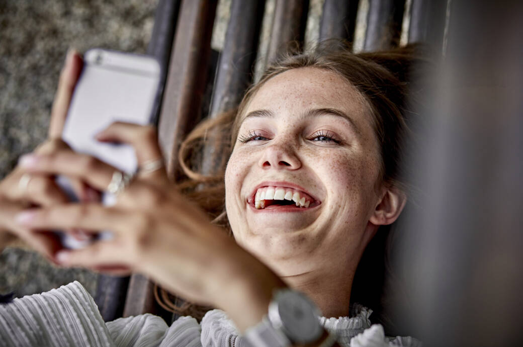 Lachende Frau mit Handy