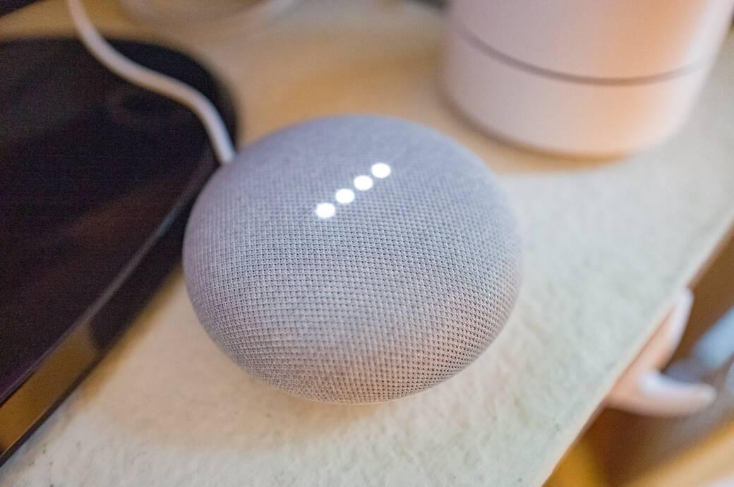 Nahaufnahme eines Google Home Mini