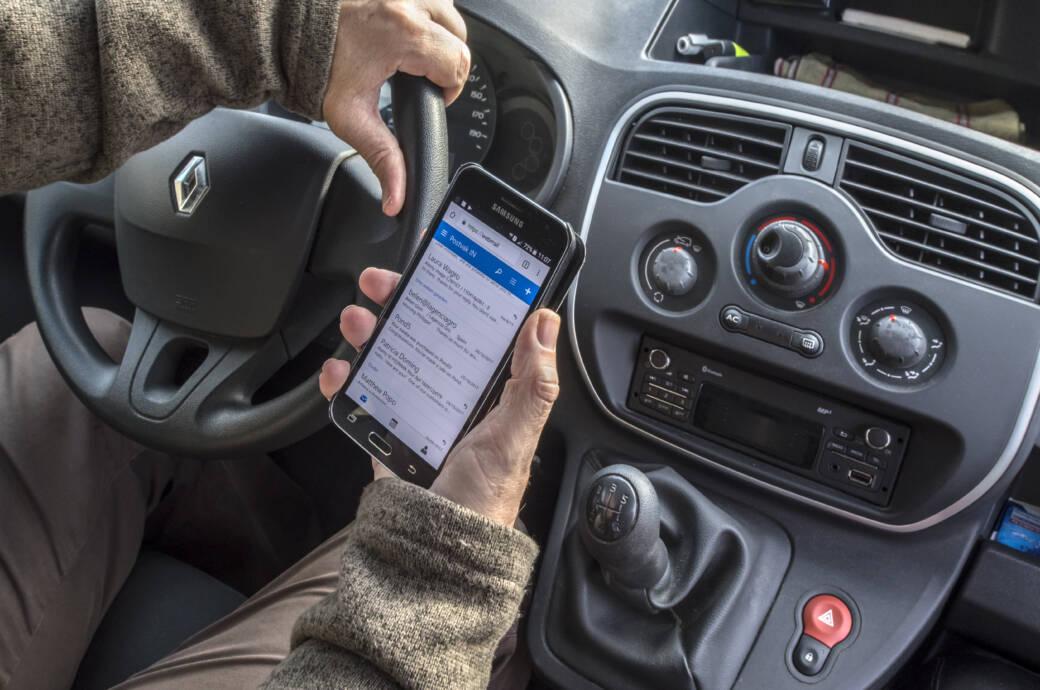 Neuer Blitzer erkennt, ob Sie beim Fahren Ihr Smartphone benutzen