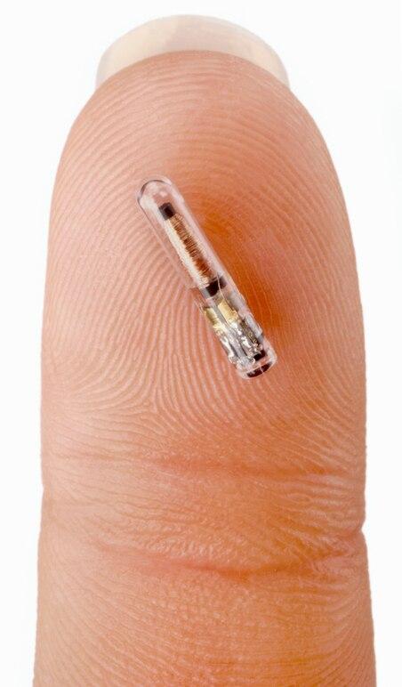 NFC-Chip auf einem Finger