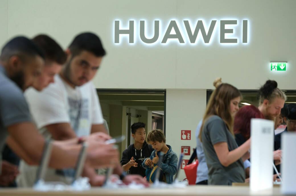 Kunden im Huawei-Store