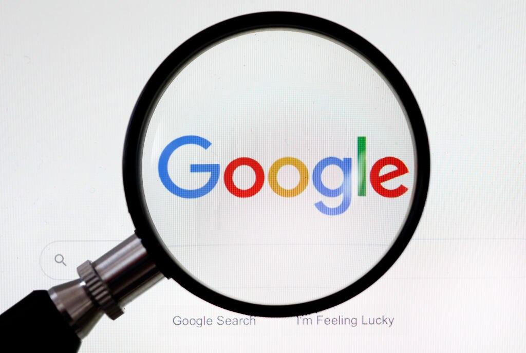 Beschwerde gegen Google: Symbolbild mit Google-Schriftzug und Lupe