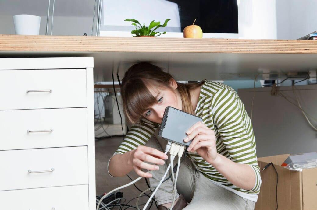 Junge Frau schließt Router an