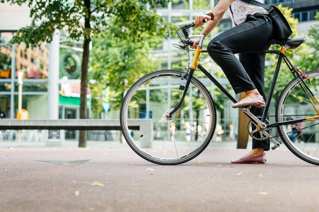 Beine einer Frau, die auf dem Fahrrad sitzt