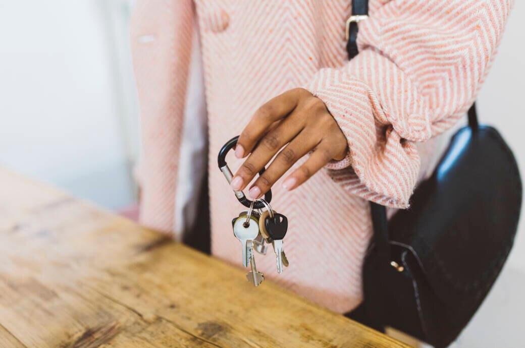 Schlüsselbund in einer Frauenhand