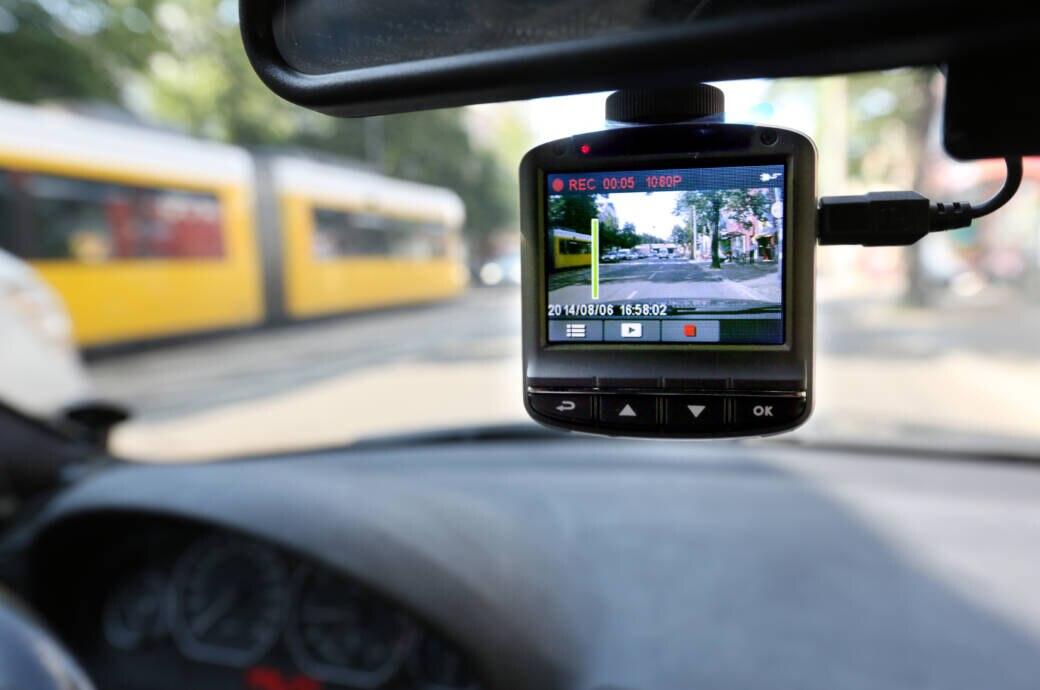 Eine Dashcam an der Frontscheibe im Auto