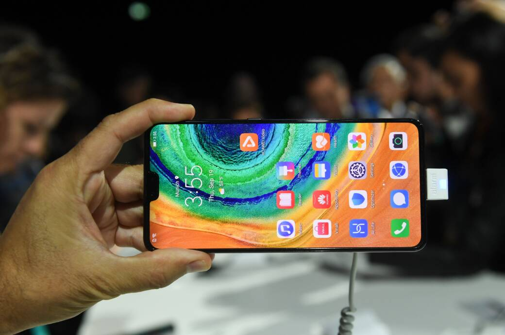 Hand hält ein Huawei Mate 30 Pro