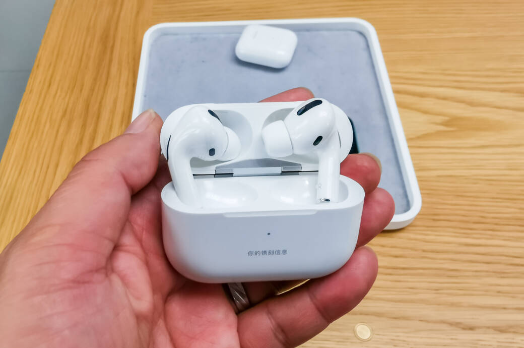 Mann hält AirPods Pro in Apple Store in Shanghai