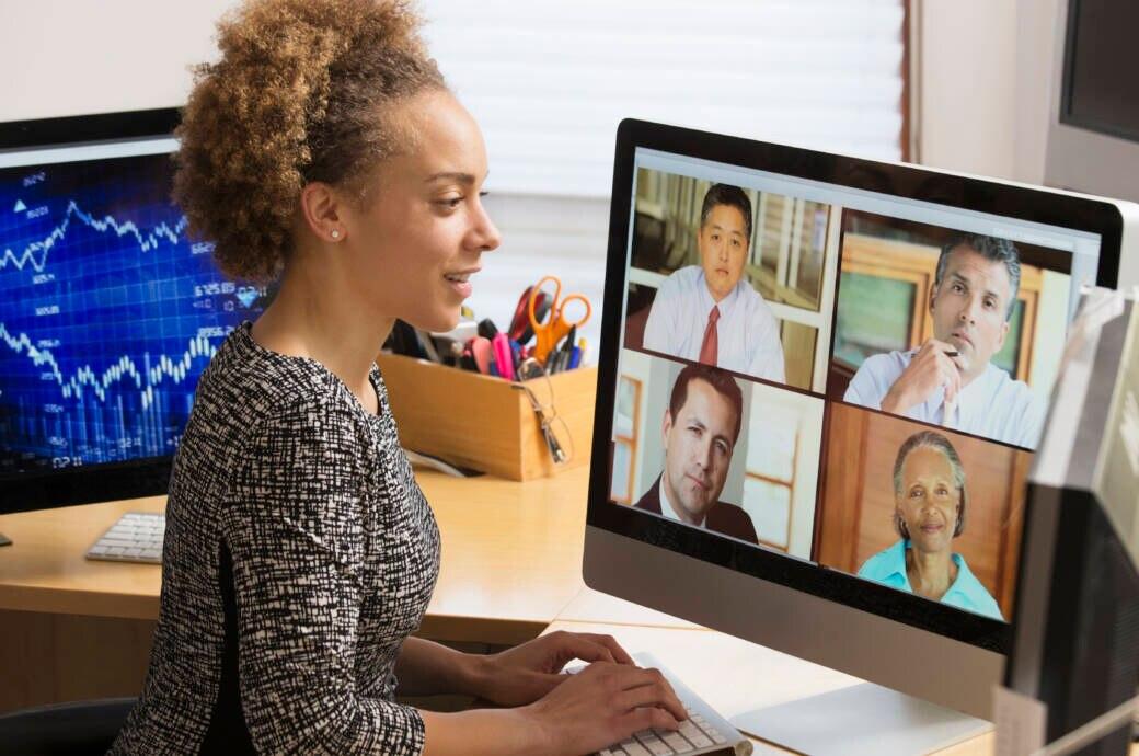 Business-Frau in Videokonferenz zu Hause