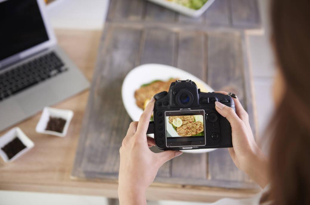PNG und JPG Symbolbild: Frau fotografiert Essen mit Kamera