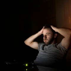 Symbolbild falsche Streamingseiten: Mann am Computer