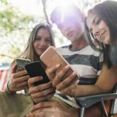 Drei Teenager mit Smartphone