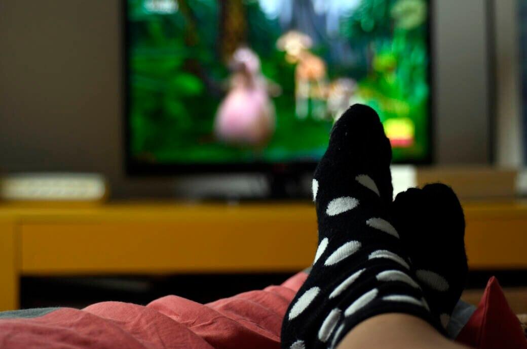 Füße hoch vor dem Fernseher