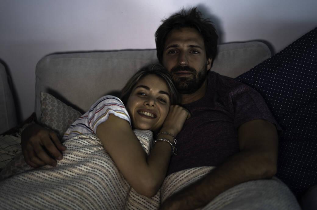 Paar guckt im Bett TV