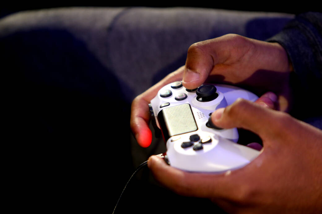 Mann spielt mit DualShock-Controller