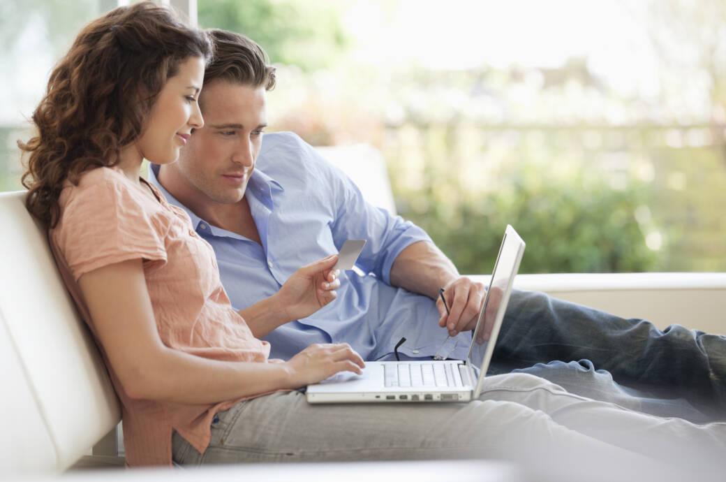 Paar shoppt online Mann Frau