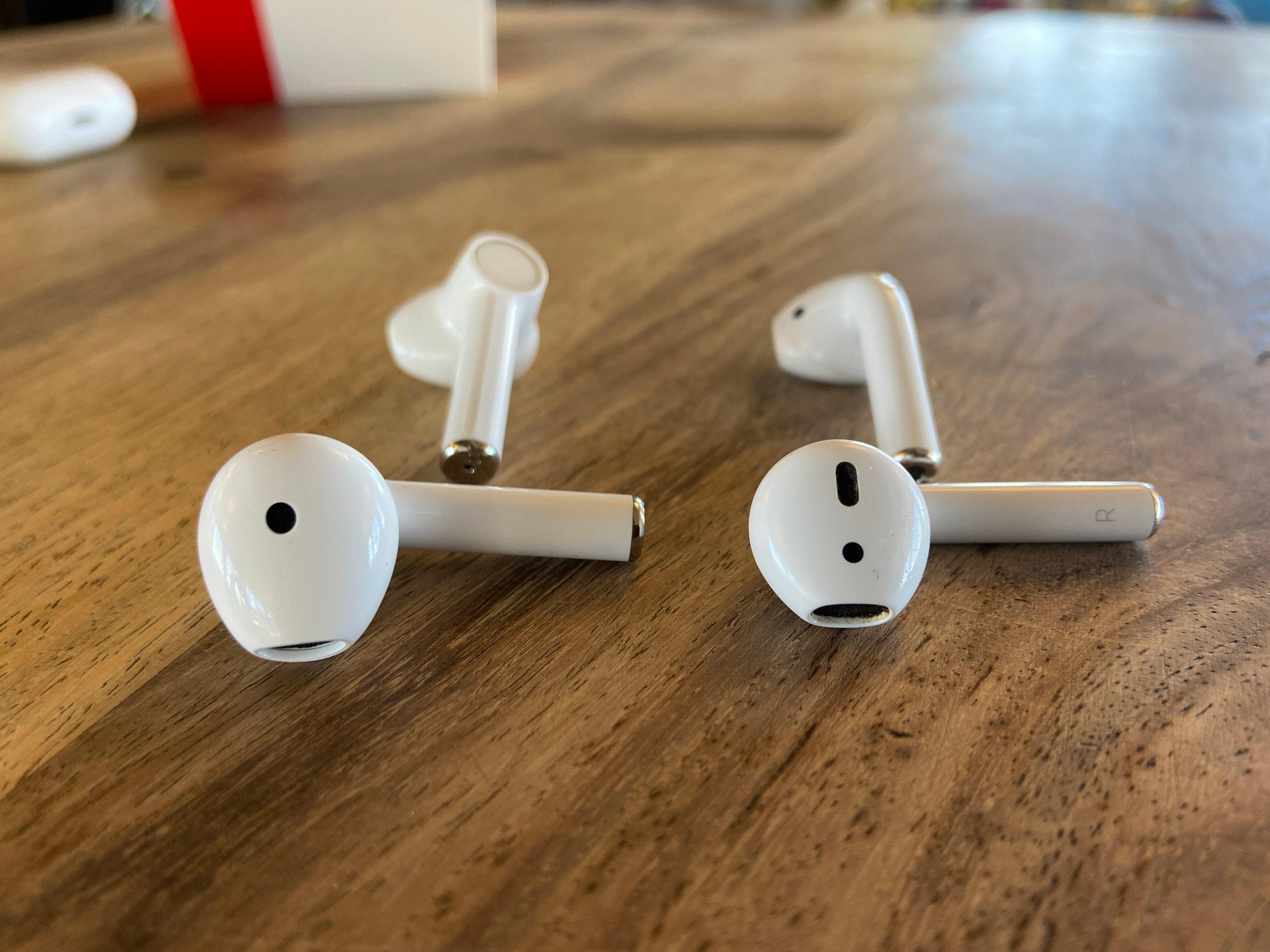 OnePlus Buds und Apple AirPods