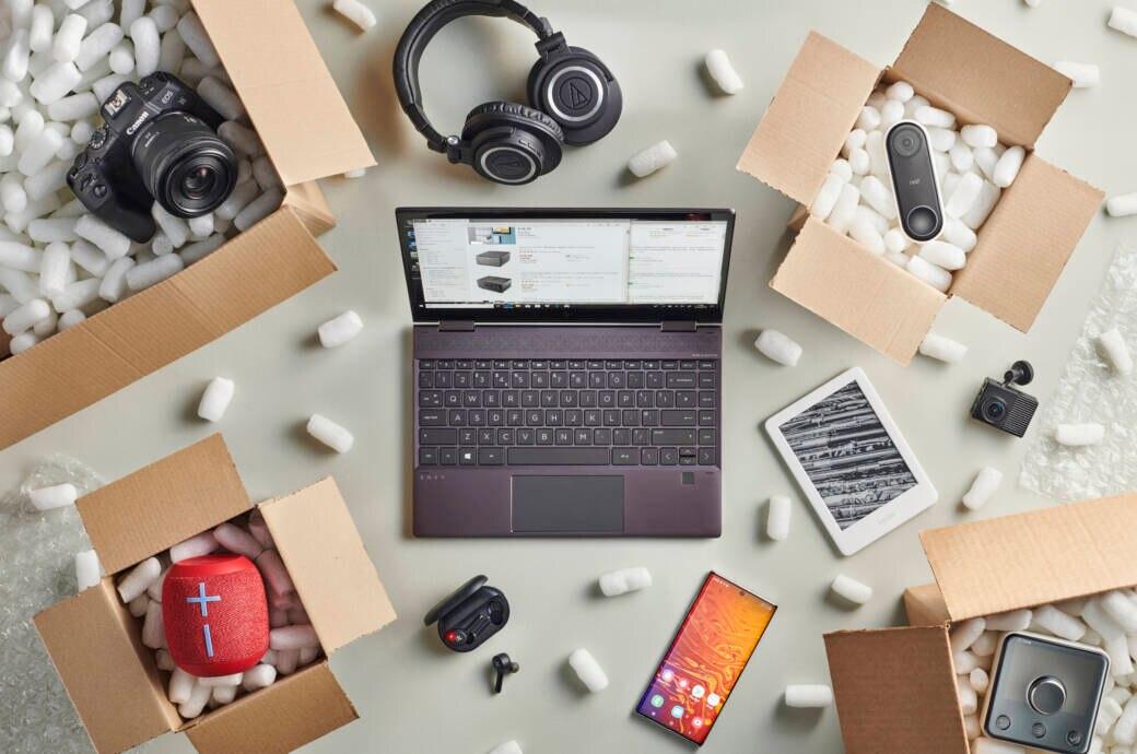 Geöffnete Pakete mit Produktion vom Online-Shopping