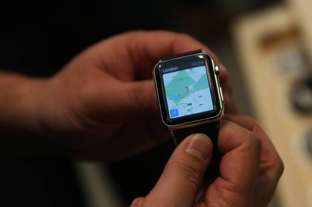 Mann hält Apple Watch bei der Vorstellung in NYC