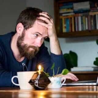 Frustrierter Mann am Laptop