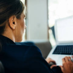 Virenschutz: Frau am Laptop