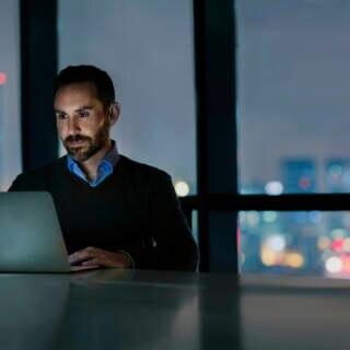 Virenschutz Windows: Mann am Laptop