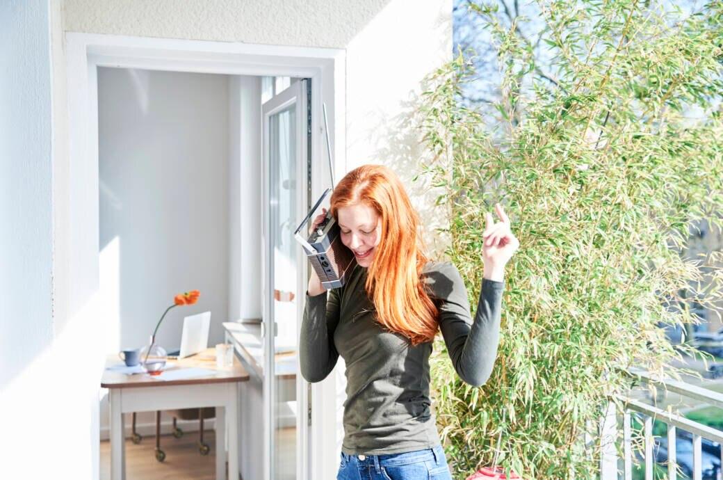 Frau mit Radio tanzt