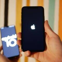 iPhone im Vordergrund, Android-Smartphone im Hintergrund
